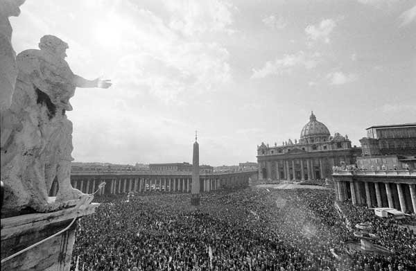A huge crowd is gathered on St. Peter&#39;s Square in Vatican City, on October 22, 1978, to witness the official installation ceremony of the new Pope John Paul II. <span class=meta>( &#40;AP Photo&#41; )</span>